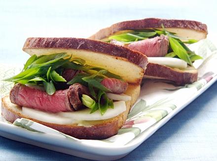 大和牛のローストビーフと結崎ネブカのサンド、わさびの風味