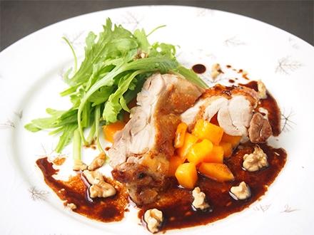 大和肉鶏のスパイス焼き、柿と菊菜を添えて