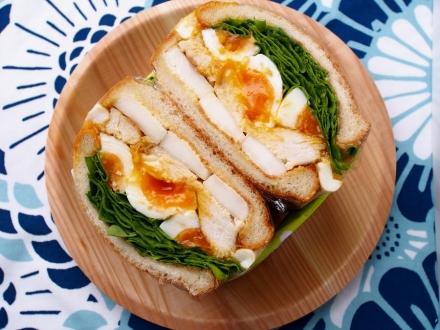 大和肉鶏と菊菜のサンドイッチ