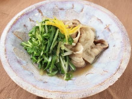 八条水菜と豚肉の炊き合わせ 柿の葉茶の香り